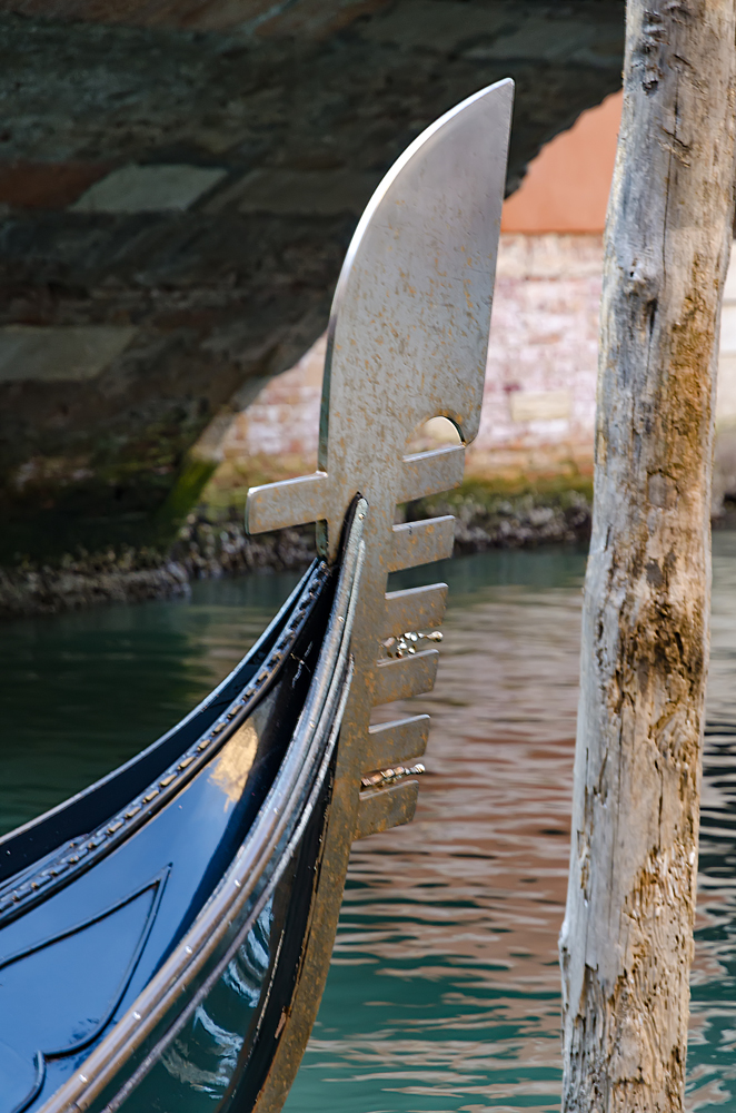 The prongs on the gondola that represent the six districts of Venice